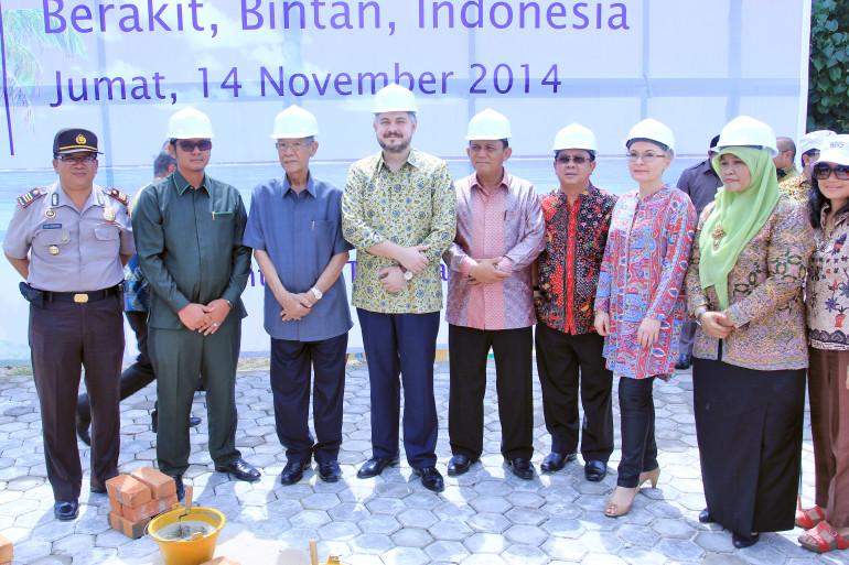 Остров Бинтан, Индонезия. Церемония закладки первого камня. С администрацией провинции и острова