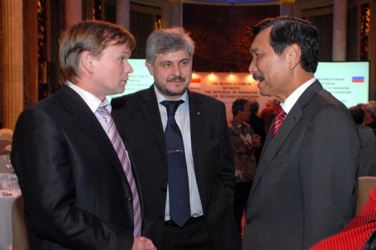 С генералом Лухутом Бинсар Панджайтан, Управляющим делами Президента Индонезии